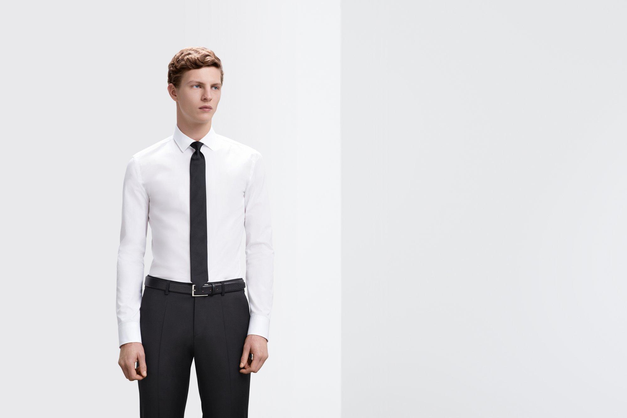 Weißes Hemd mit Slim-Fit und schwarze Krawatte von BOSS