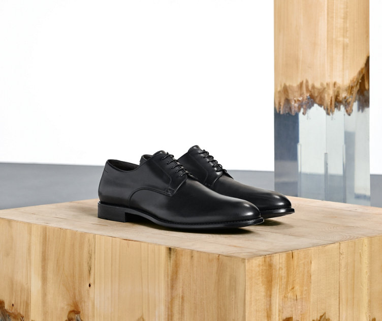 Elegant HUGO BOSS business shoes out of black leather. Suit shoes for men.