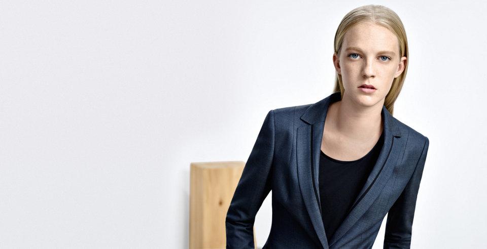 Model in dunkelblauem BOSS Blazer aus Viskose und Wolle. Mit schwarzem Ripsband für einen modernen Touch.