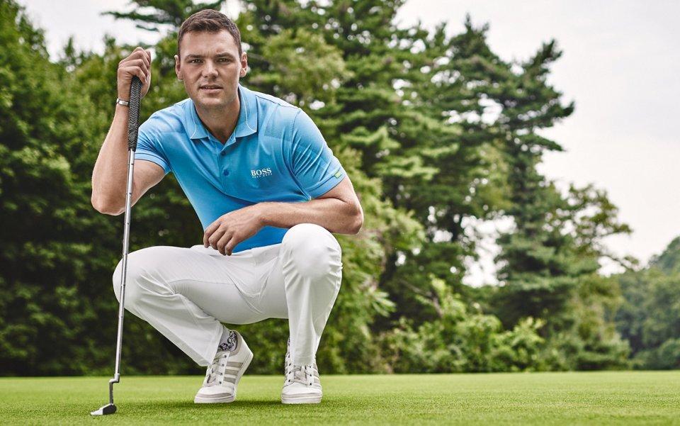 Polo de golf bleu et pantalon de couleur naturelle BOSS Green