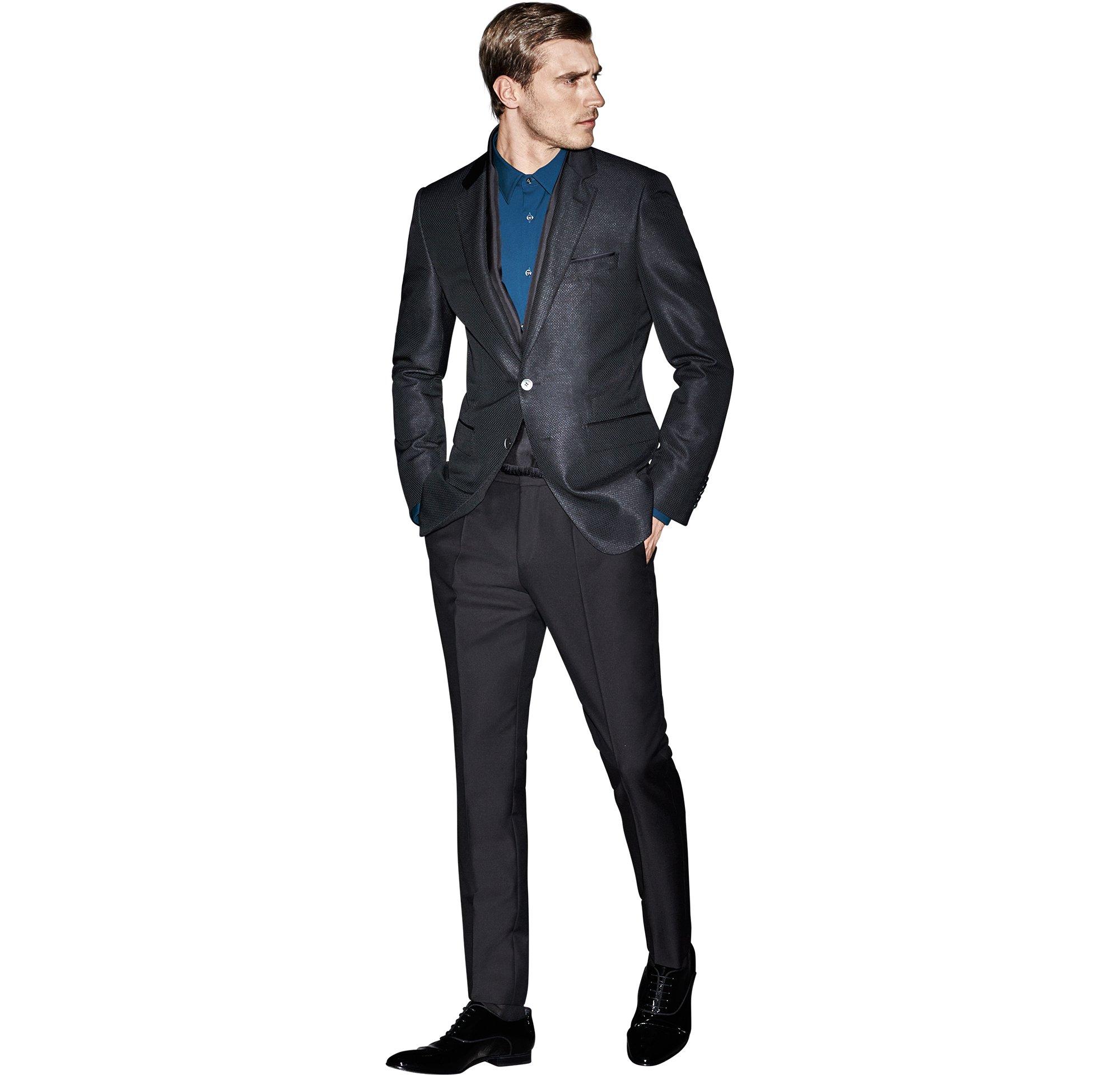 Blaues Sakko über blauem Hemd, schwarze Hose und schwarze Schuhe von BOSS