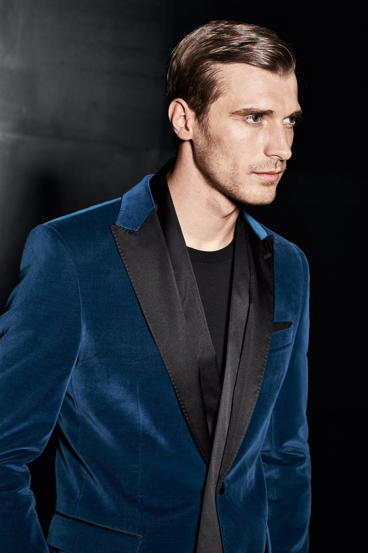 Blaues Sakko über schwarzem Strickoberteil von BOSS