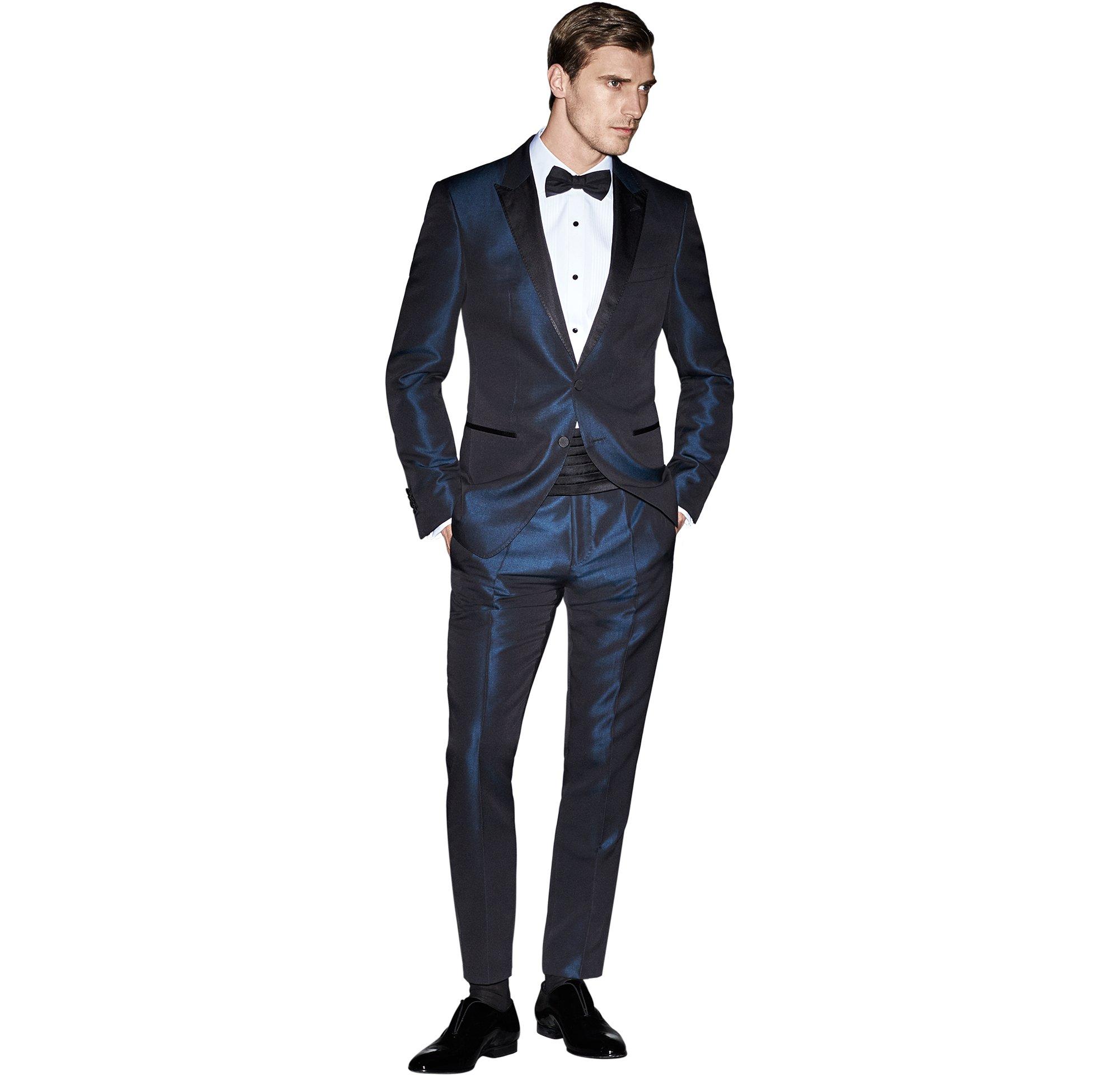 Blauer Anzug über weißem Hemd und schwarze Schuhe von BOSS