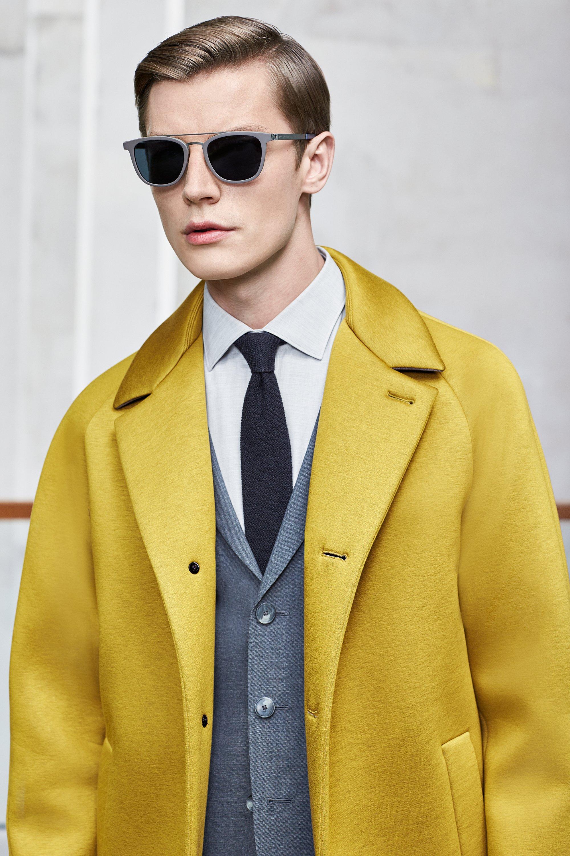 Geel mantel wit overhemd met een zwarte stropdas van BOSS
