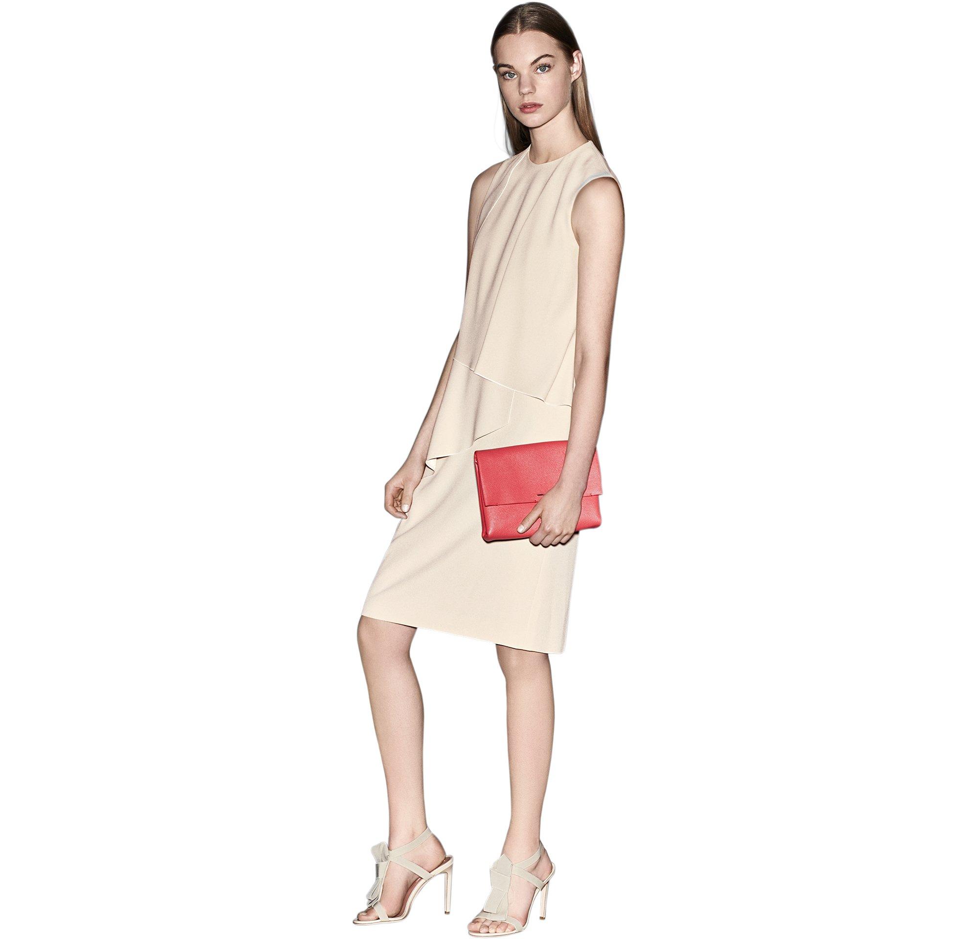 Naturfarbenes Kleid mit dunkelrosa Tasche und naturfarbene Schuhe von BOSS