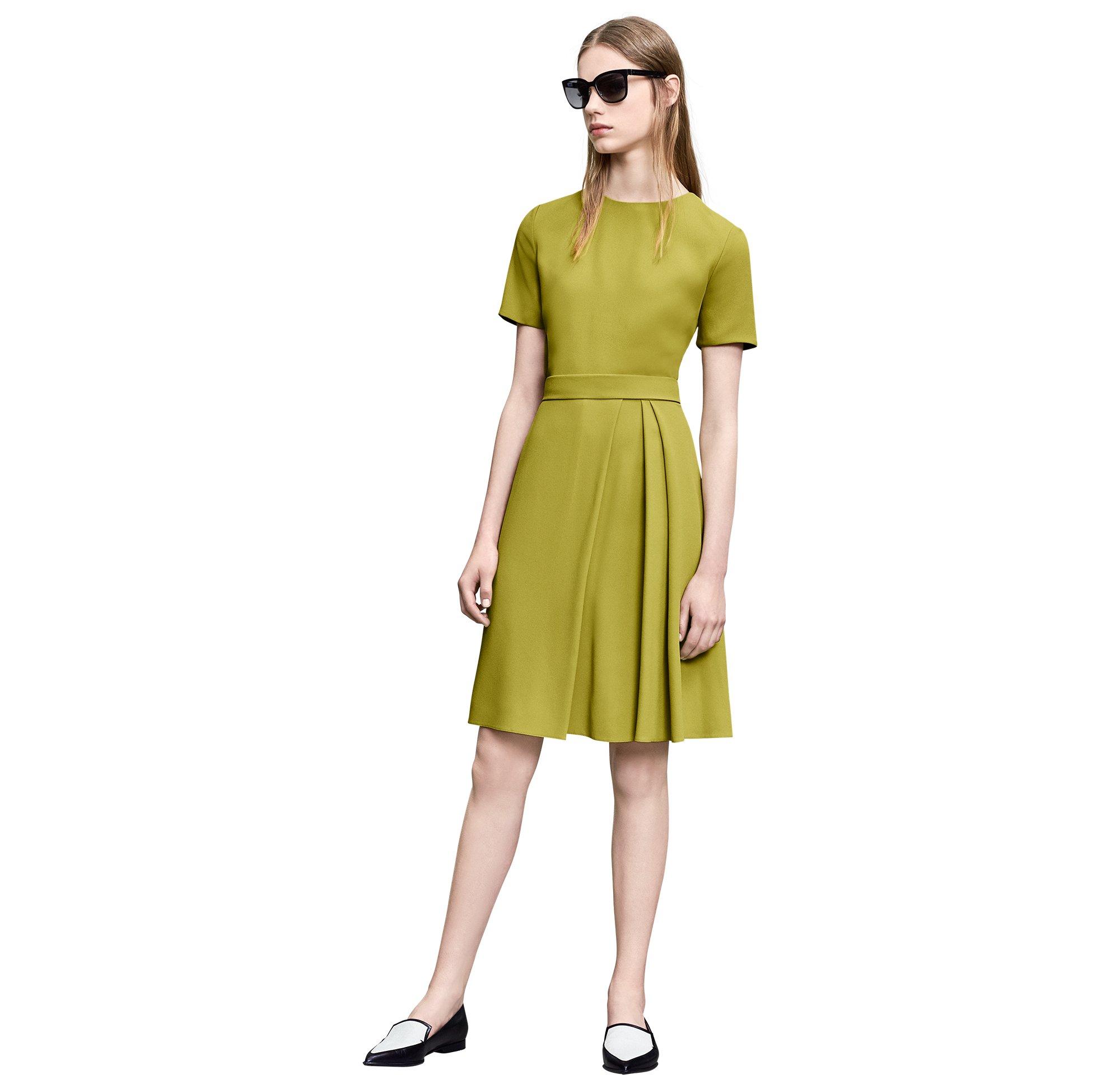 Kleid, Sonnenbrille und Schuhe von BOSS Womenswear