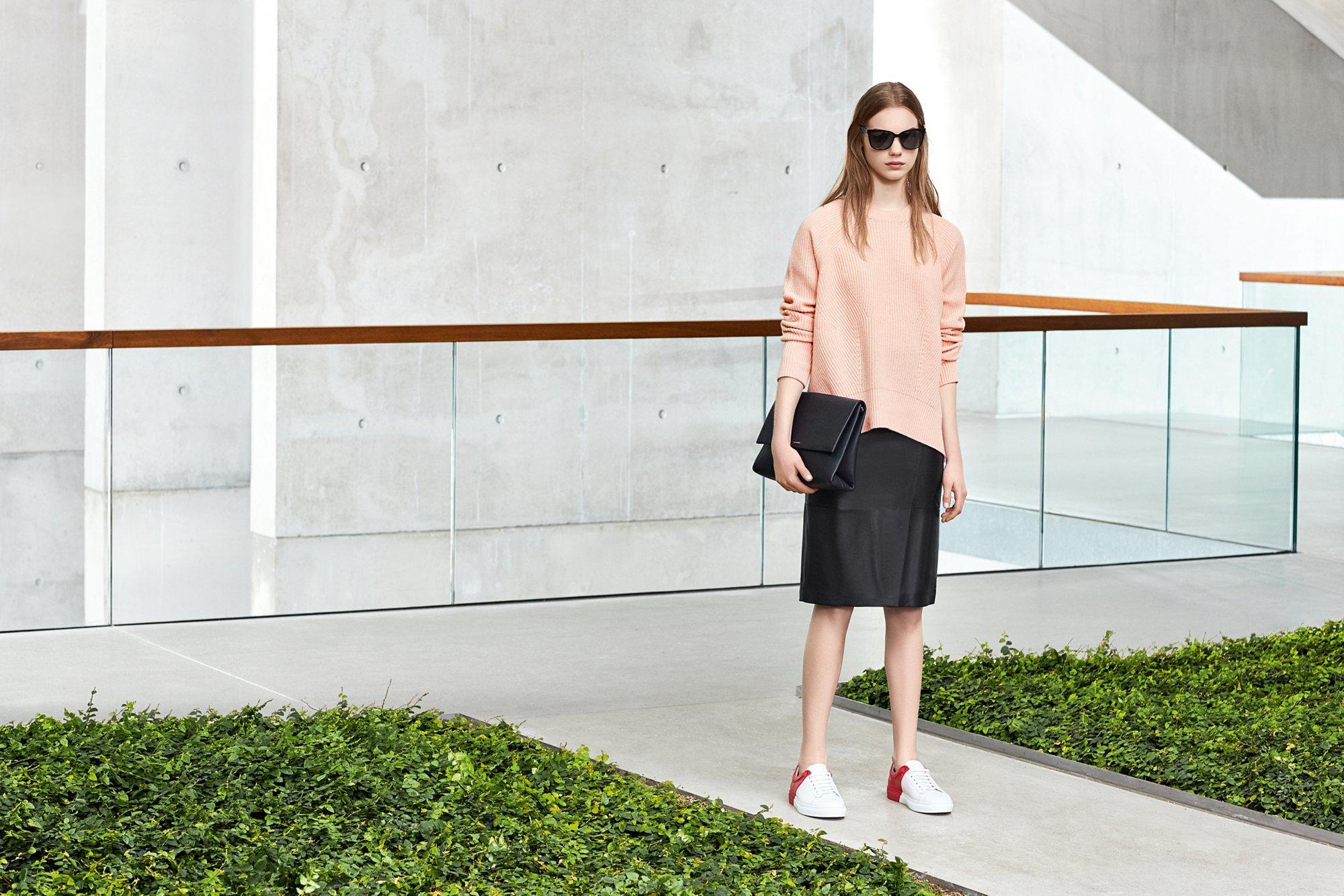Haut en maille, jupe en cuir et sac BOSS Femme