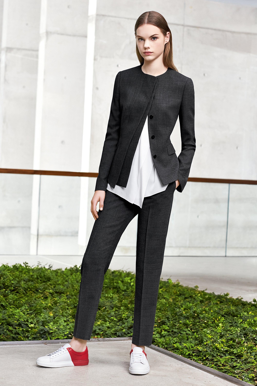 Blazer over witte top en zwarte broek met sneakers van BOSS