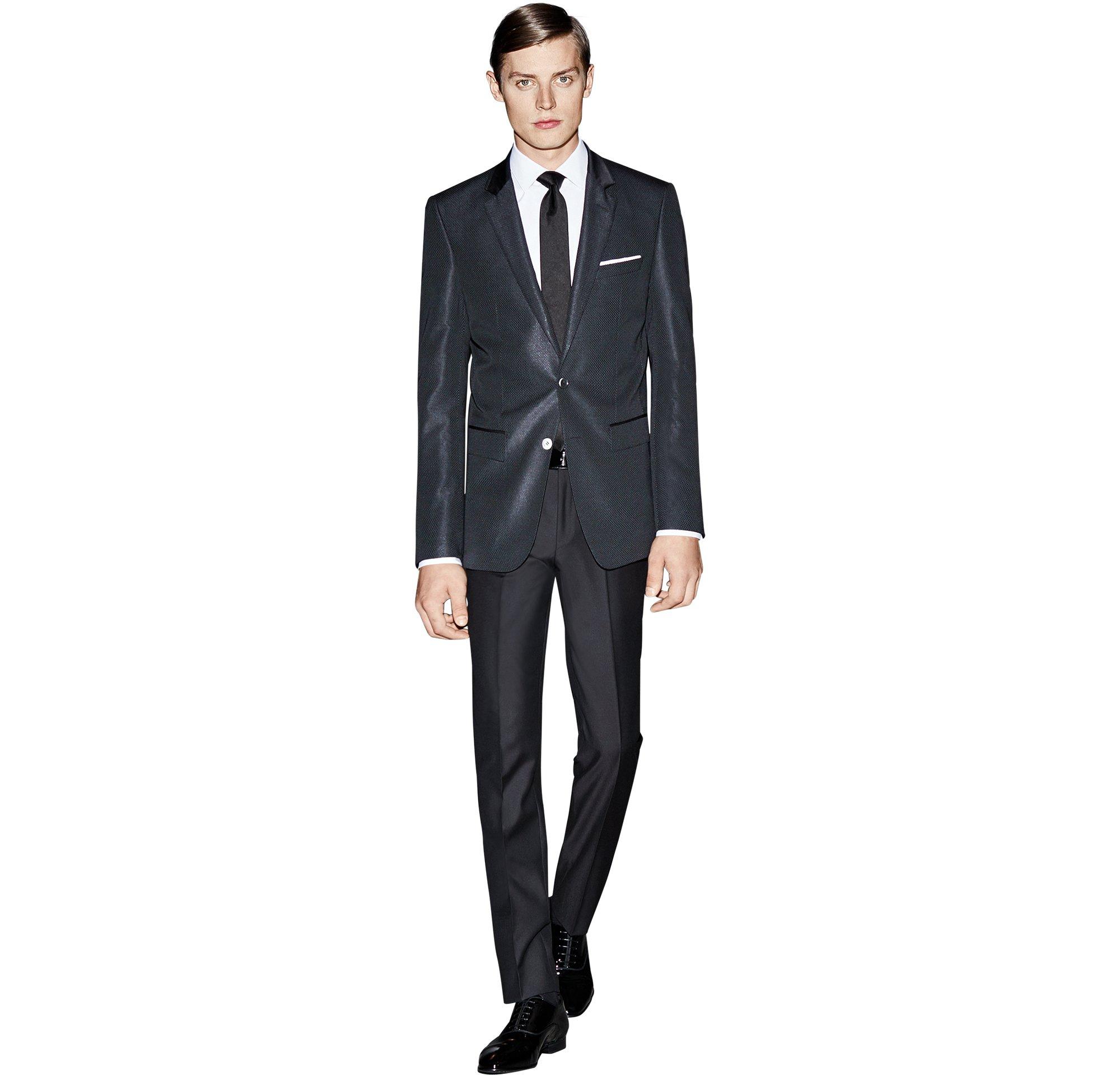 Schwarzes Sakko über weißem Hemd, schwarze Hose, schwarze Krawatte und schwarze Schuhe von BOSS