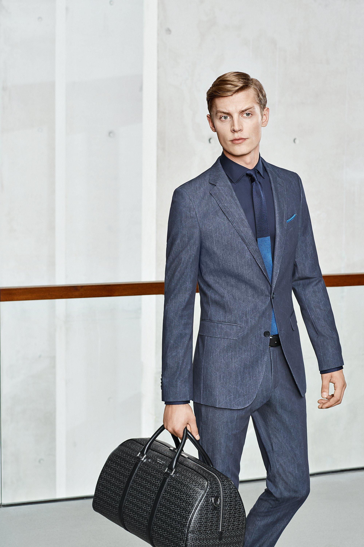 Costume gris au-dessus d'une chemise bleue avec cravate et sac BOSS
