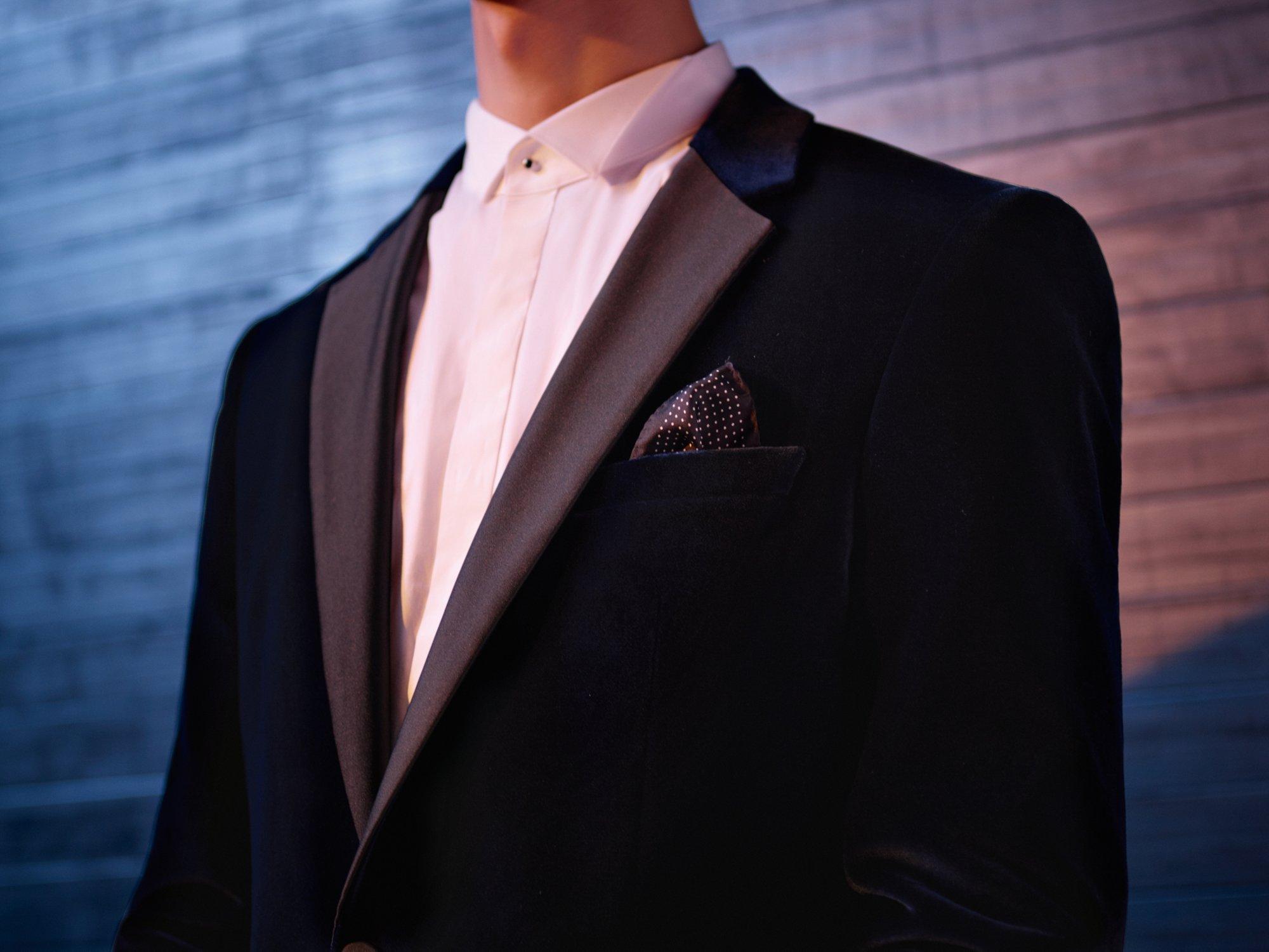 Weißer Anzug über schwarzem Hemd von HUGO