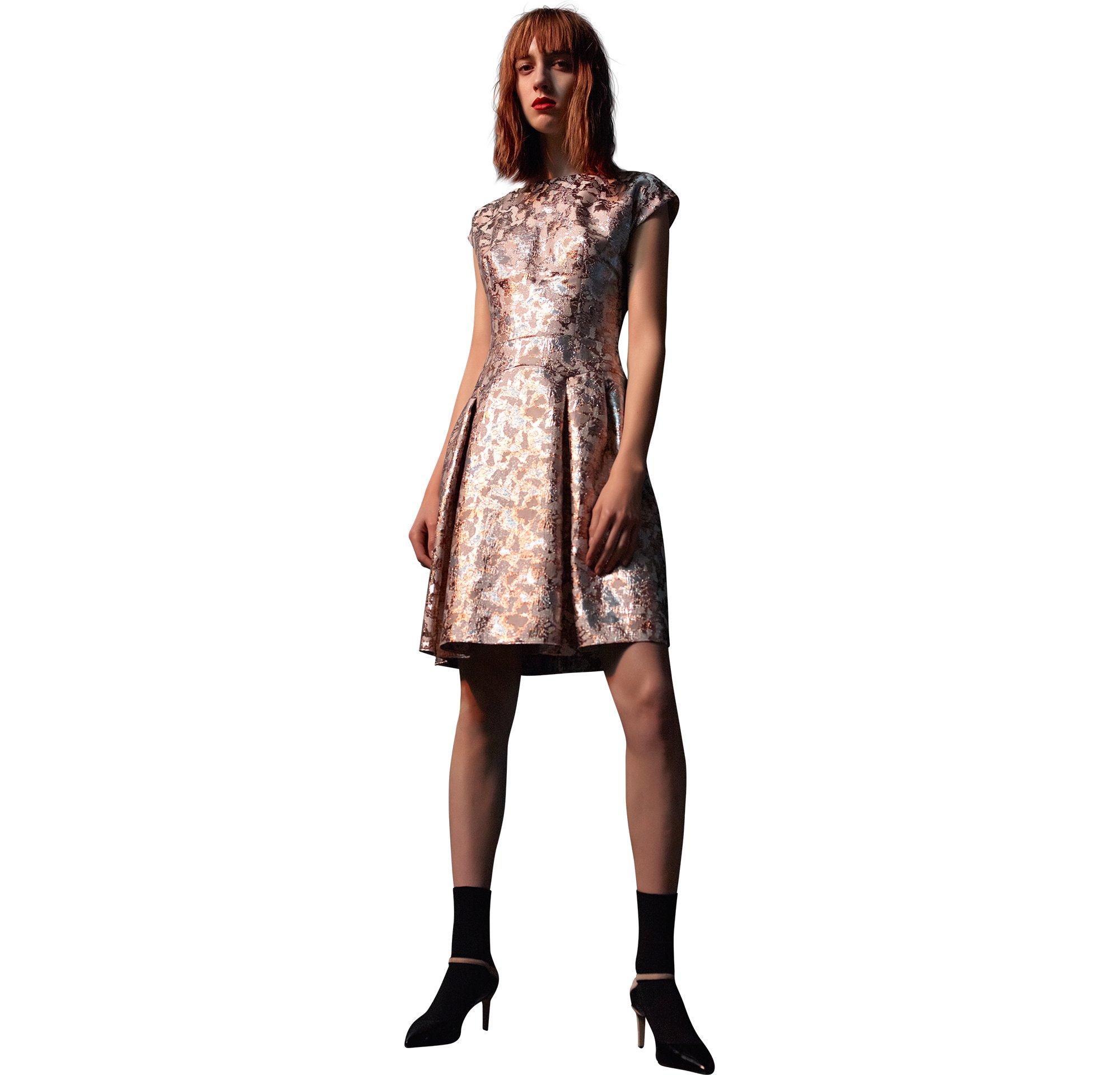 Hellrosa Kleid und schwarze Schuhe von HUGO