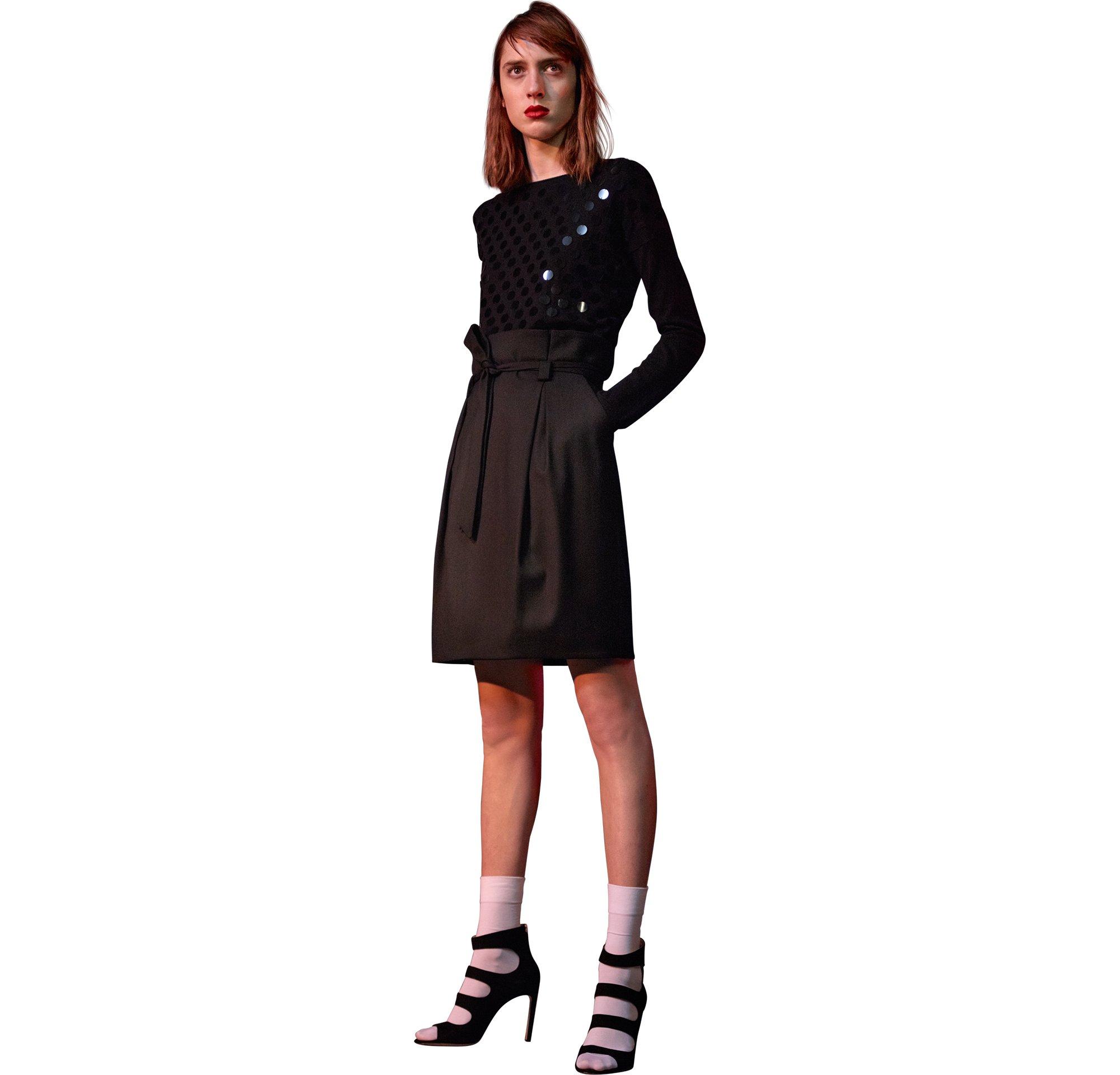 Schwarzes Strickoberteil, schwarzer Rock und schwarze Schuhe von HUGO