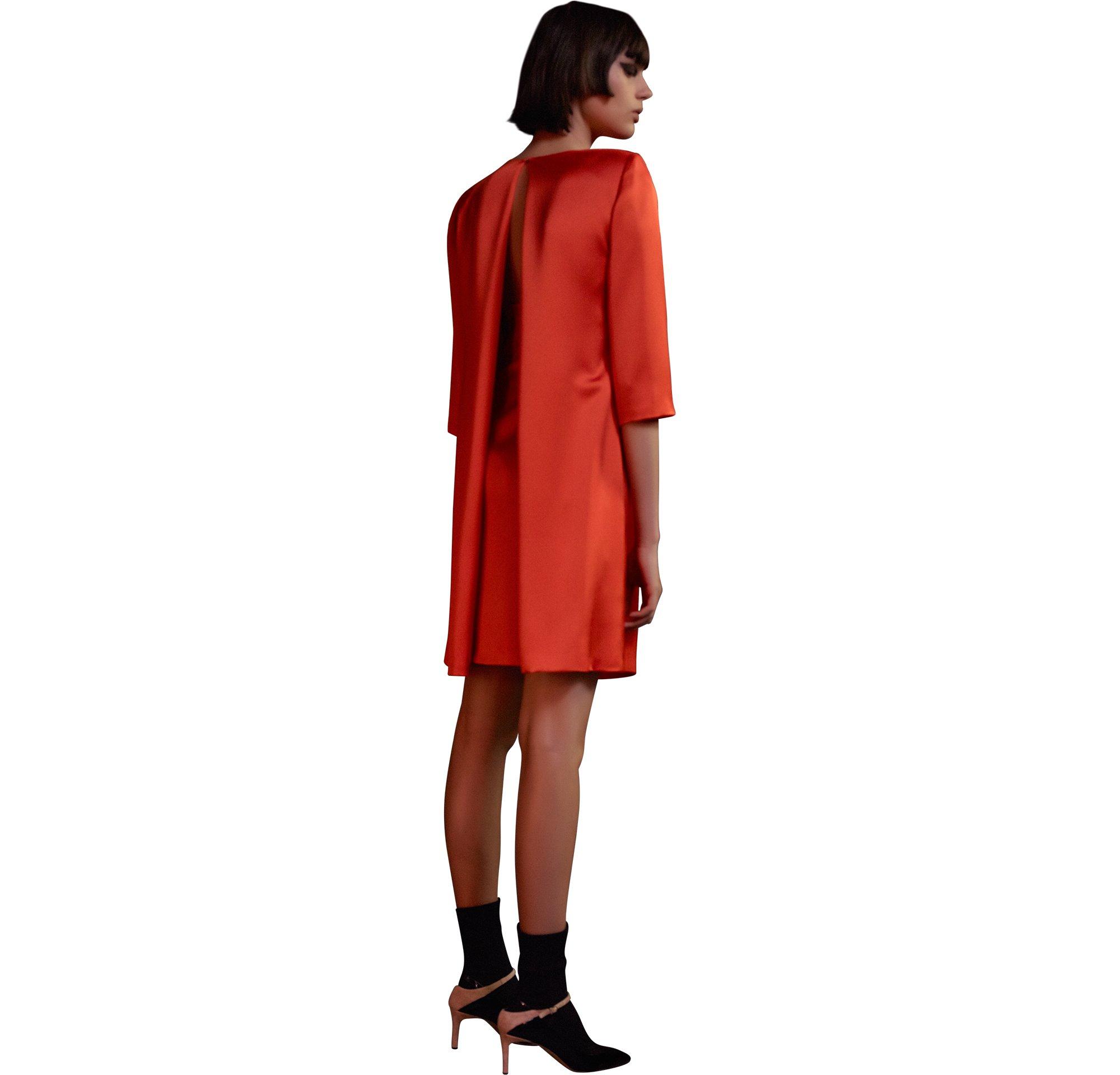 Orangefarbenes Kleid mit schwarzen Schuhen von HUGO