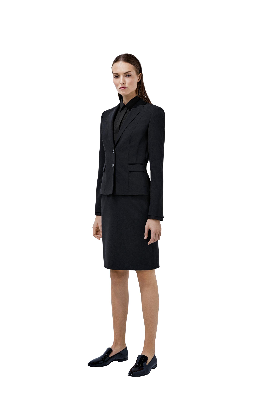 Chemisier noir, veste, jupe et loafers BOSS