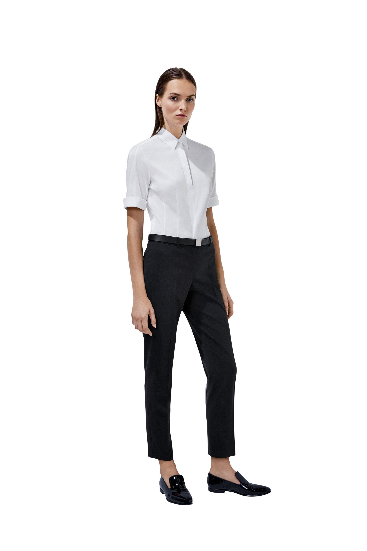 Chemisier blanc, pantalon noir et loafers BOSS