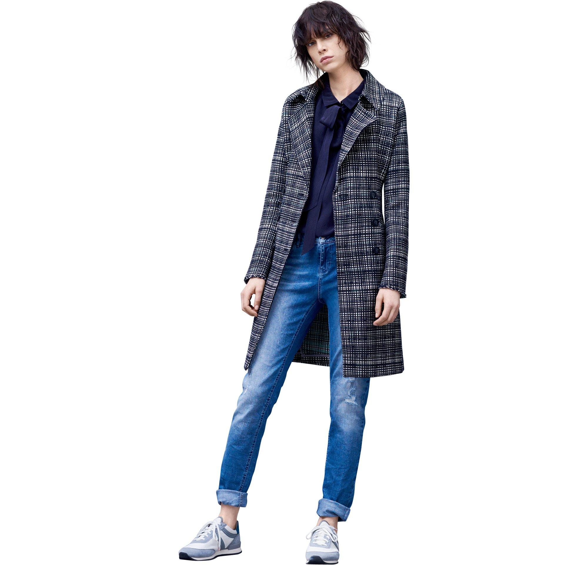 Mantel, Pullover und Jeans von BOSS Orange