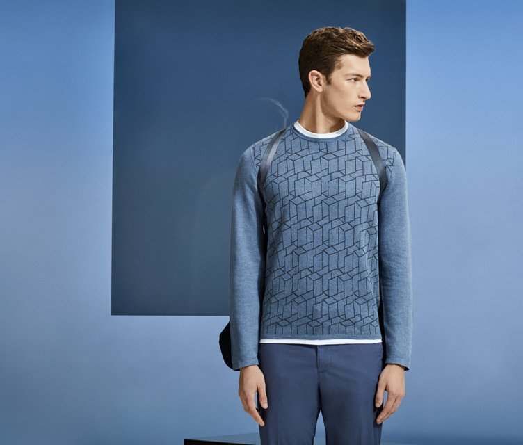 轻盈的运动衫已经成为这个季节日常装扮的点睛单品