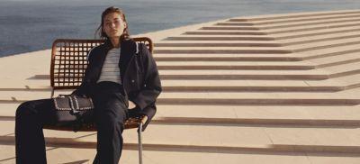 Le mannequin porte un manteau oversize BOSSFemme