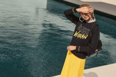 Romee Strijd mit Logo-Pullover von BOSS Womenswear