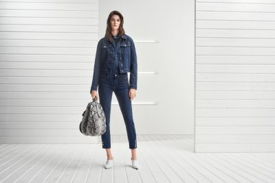 Dame in Denim-Outfit von BOSS