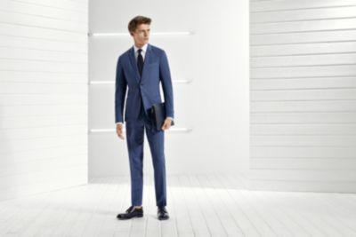 Dunkelblauer Anzug, weißes Hemd und schwarze Krawatte von BOSS