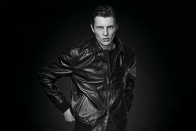 Model mit schwarzer Lederjacke von BOSS