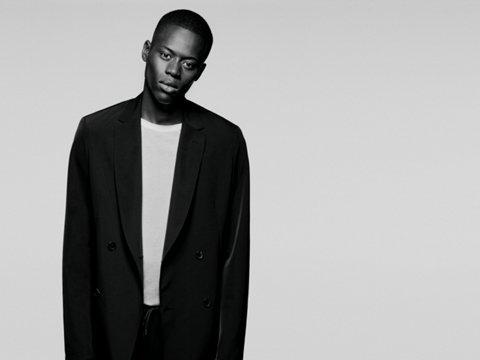57410b26de ... Modelo con traje negro y camiseta blanca de BOSS