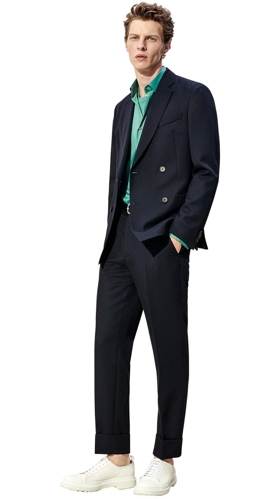 Hombre con chaqueta azul oscuro 55242e826476
