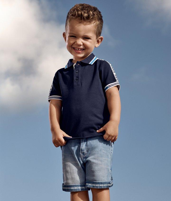 92afaefdee0 Niño con polo azul marino y shorts vaqueros de BOSS ...