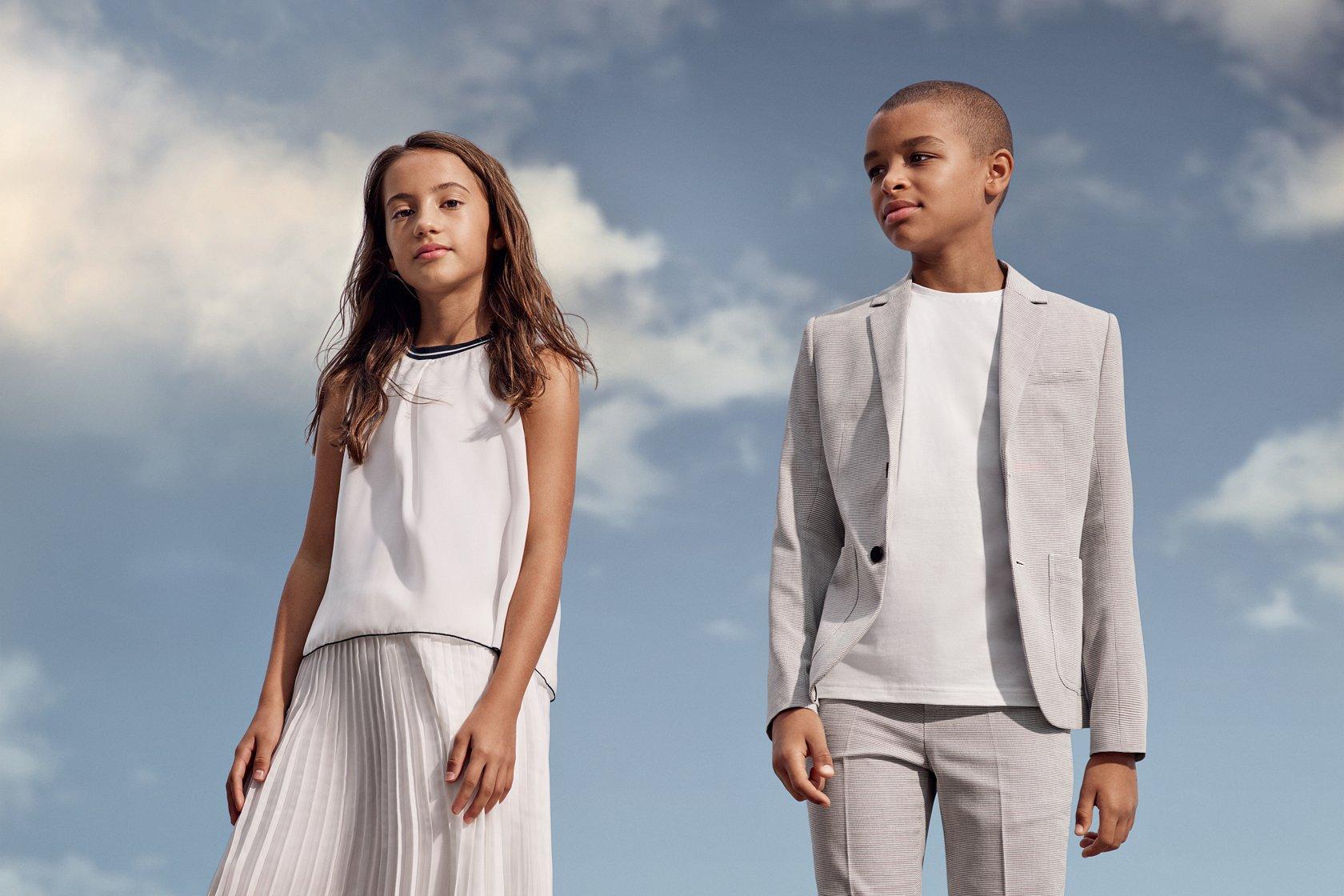 87e5988c Niña con vestido blanco y niño con traje gris claro de BOSS ...
