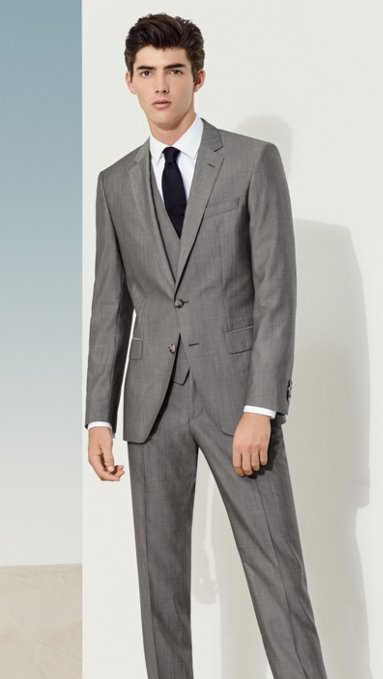 Hombre con traje gris 434536f6ff34