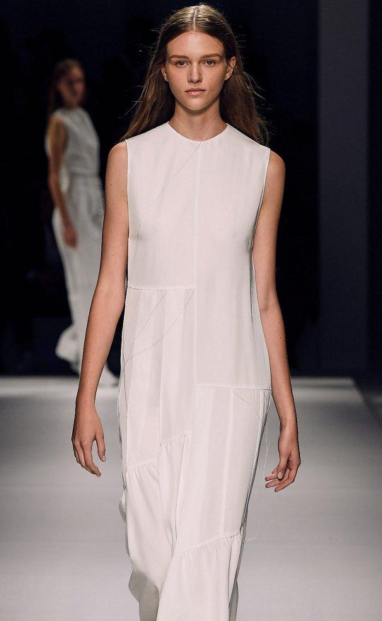 dfd0626d457 Modelo femenina con vestido color vainilla claro y sandalias de plataforma  de la BOSS Runway Collection ...