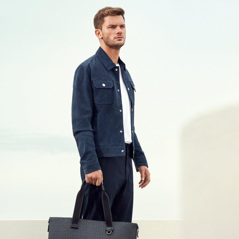 fe177046a30 ... un Le mannequin porte une veste en cuir bleue
