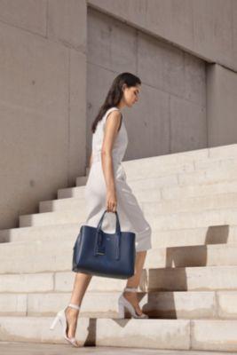 BOSSのホワイトのDadoriaドレス、ダークブルーのTaylorトートバッグ、ホワイトのLindaスキニーヒール