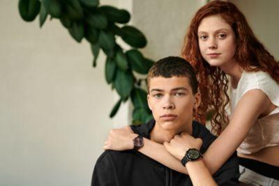 Les mannequins portent des montres de la dernière collection HUGO