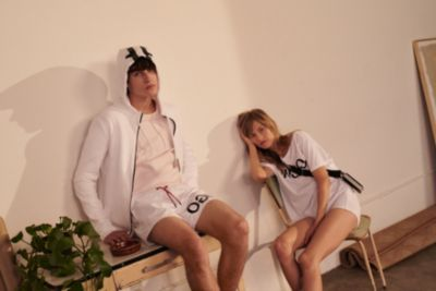 Les mannequins portent des tenues issues de la collection HUGO Logo