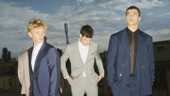 Mannelijke modellen dragen het Berlin suit en het Aer-kostuum van HUGO