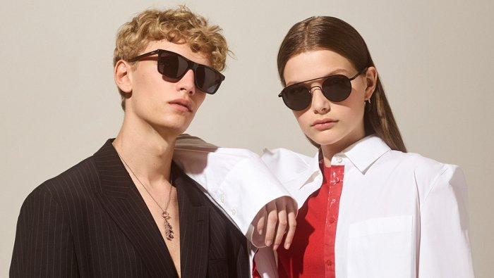 Modellen dragen zonnebrillen uit de nieuwe brillencollectie van HUGO