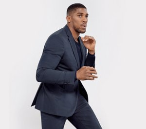 Anthony Joshua con traje azul oscuro y camiseta negra de BOSS ... c76fcb53ea9e