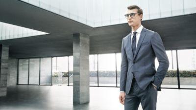 Gafas marrones con detalles en madera y traje gris de BOSS