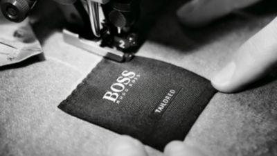 Les étapes de fabrication du costume BOSS Tailored: Surpiqûre du logo BOSS