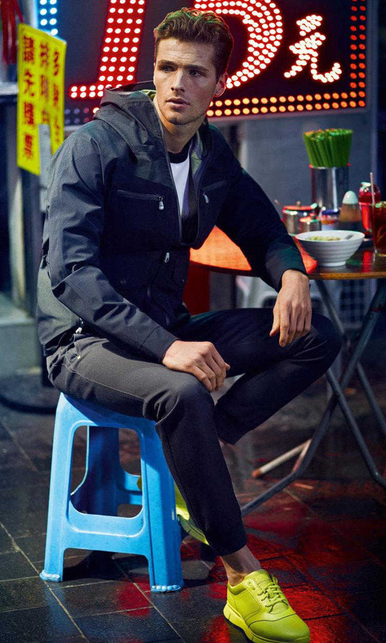 SchwarzeJacke, weißes Shirt, schwarze Hose und Sneaker von BOSS Green