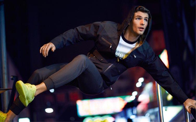 Schwarze Jacke, graues Shirt, graue Hose und Sneaker von BOSS Green