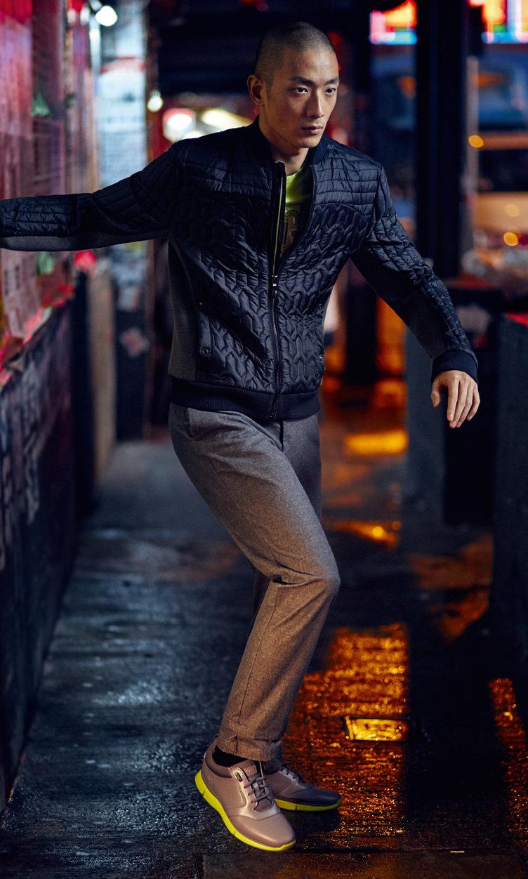 Schwarze Jacke, gelbes Shirt graue Hose und Sneaker von BOSS Green