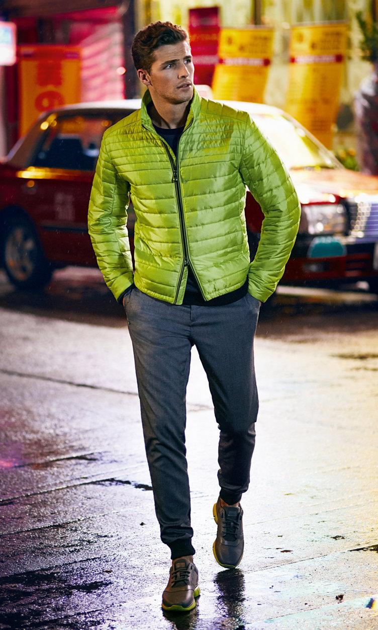 Schwarze Jacke, gelbes Shirt, graue Hose und Sneaker von BOSS Green
