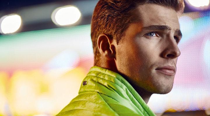 Gelbe Jacke, graue Hose und Sneaker von BOSS Green