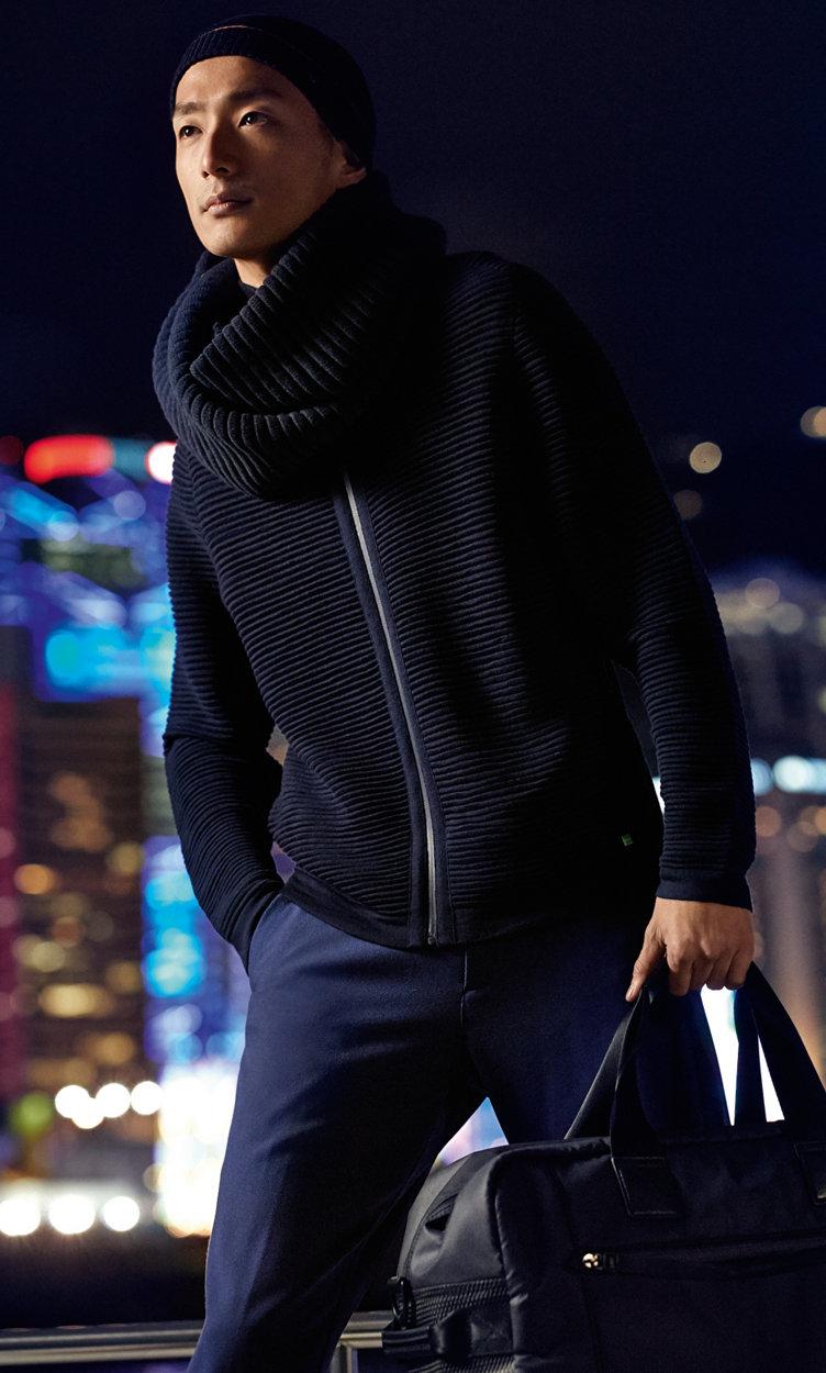 Dunkelblauer Pullover, dunkelblauer Schal und blaue Hose von BOSSGreen