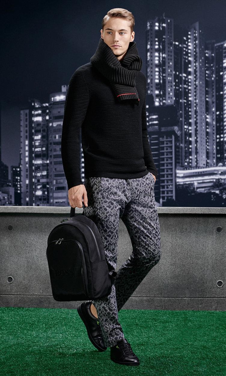 Schwarzer Pullover, schwarzer Schal, gemusterte Hose, schwarze Schuhe und schwarzer Rucksack von BOSSGreen