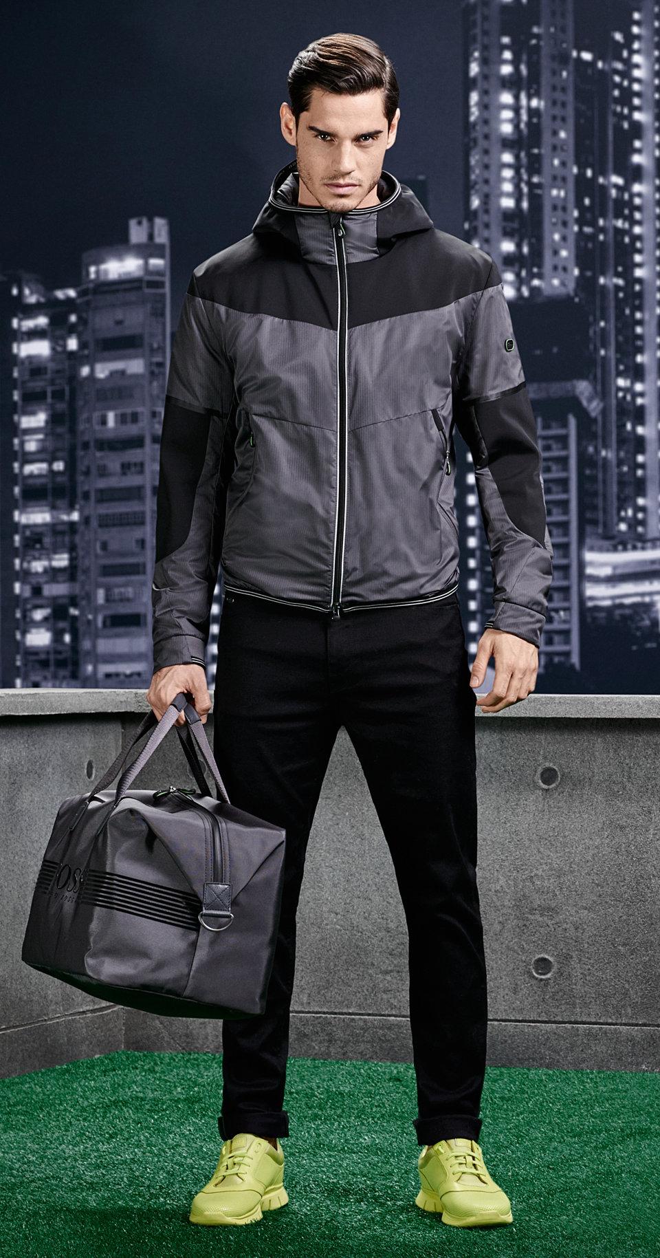 Jacke in Schwarz und Grau, schwarze Hose und Sneaker von BOSS Green